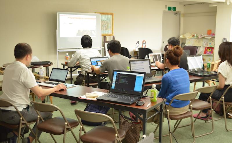 CSS超入門セミナー@大阪南堀江 各自持ち込んだPCでホームページを作成していく様子