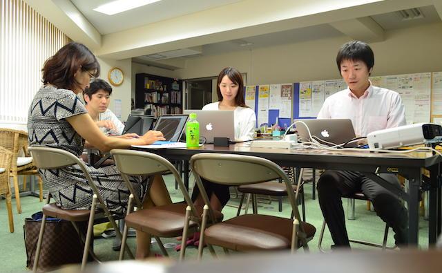 第4回HTML超入門セミナー@大阪南堀江 各自持ち込んだPCでホームページを作成していく様子