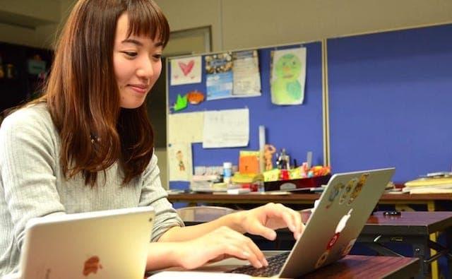 Webスクール Webを学習する女性