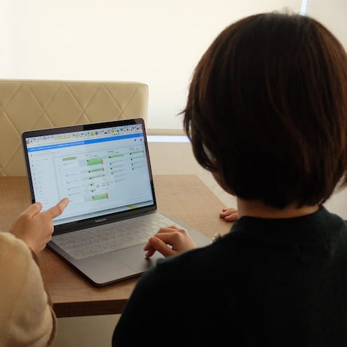 PCを眺めている女性
