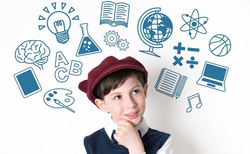 画像の加工方法を勉強している男の子