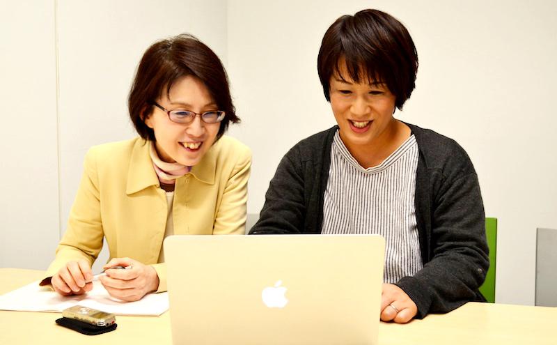 リニューアルしたホームページを閲覧する並木さんと河本さん