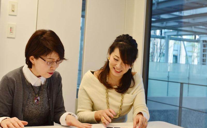 お話を聞くインタビューアーの河本さんとペトラトゥロミウの麻生幸子さん