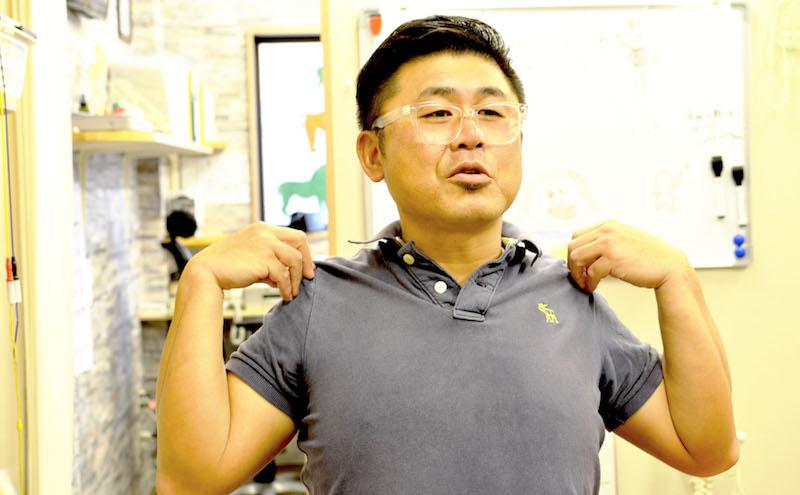 スマホ首についてお話しする水嶋先生