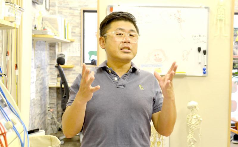 整骨院のことについてお話しする水嶋先生