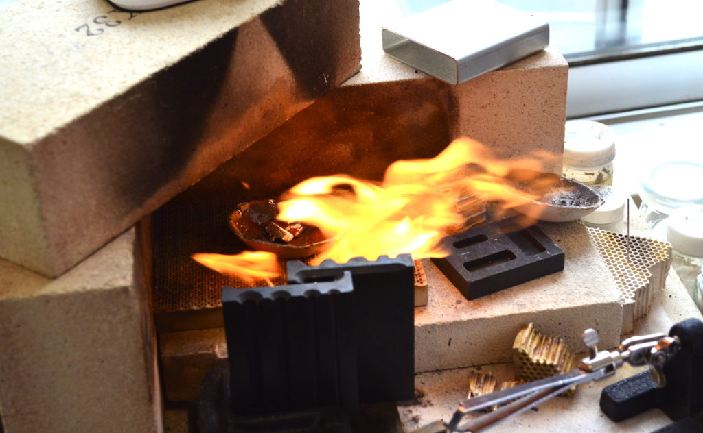 シルバーを火で溶かしている様子